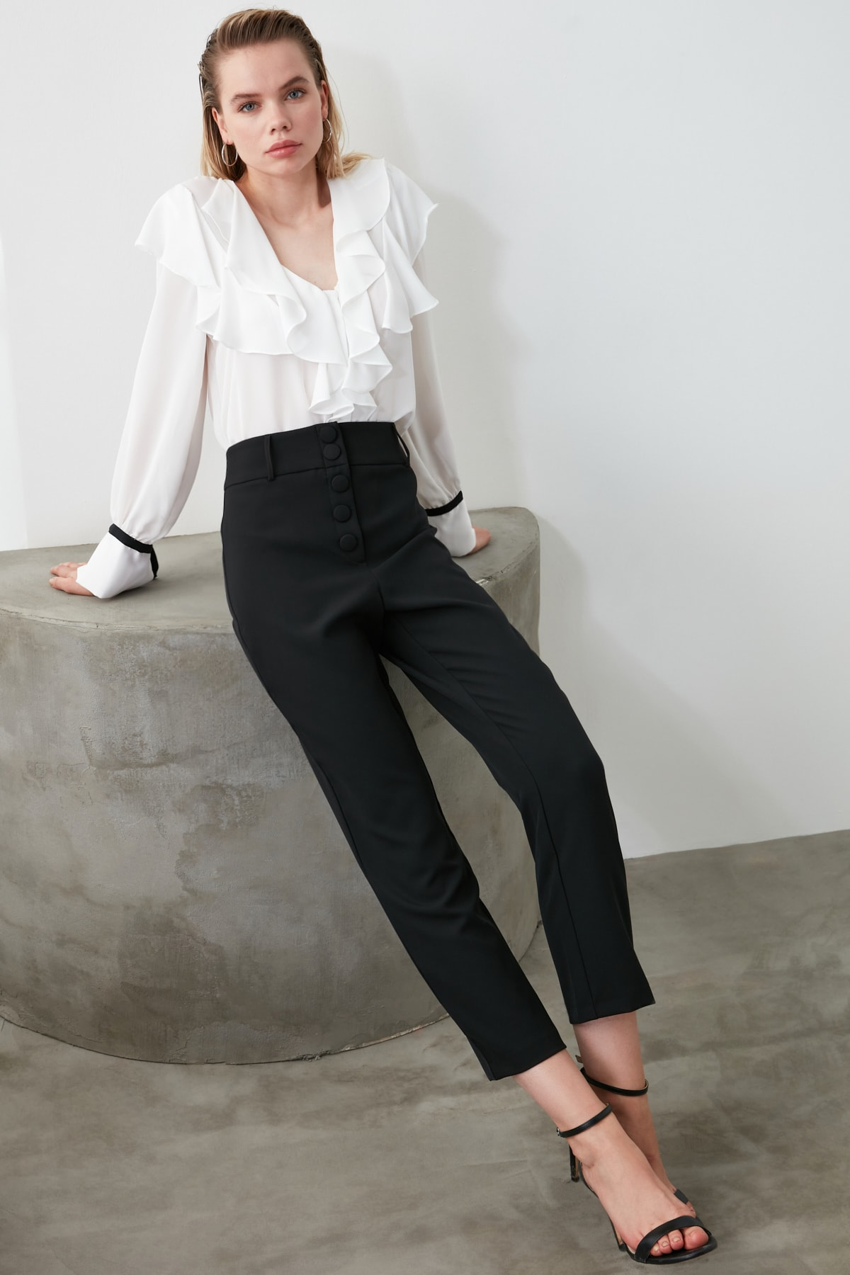 TRENDYOLMİLLA Siyah Düğme Detaylı Cigartte Pantolon TWOSS19WX0086 1