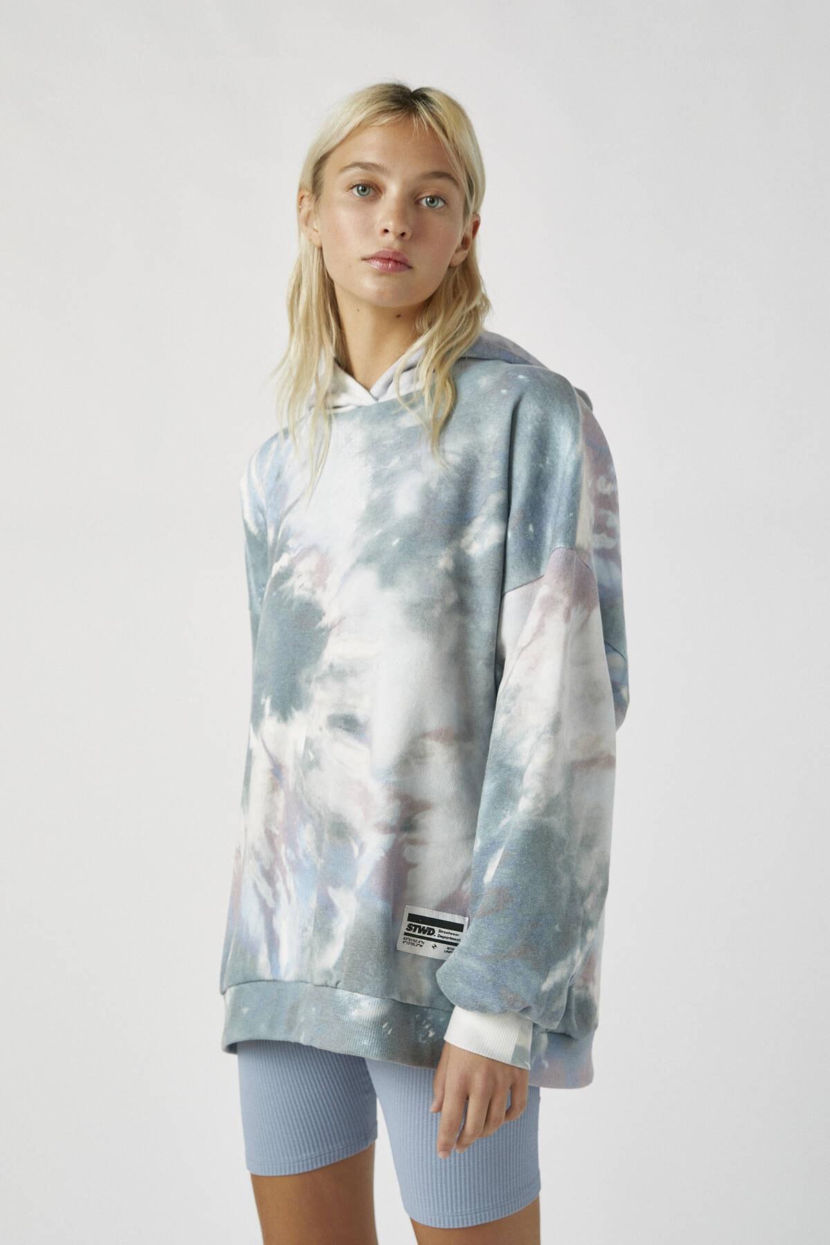 Pull & Bear Kadın Renkli İşlemeli Etiketli Batik Kapüşonlu Sweatshirt 09594320