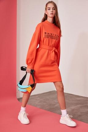 TRENDYOLMİLLA Turuncu Baskılı Bağlama Detaylı Dik Yaka Örme Sweat Elbise TWOAW21EL0242
