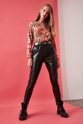 TRENDYOLMİLLA Siyah Deri Görünümlü Gipeli Örme Havuç  Pantolon TWOAW21PL0048