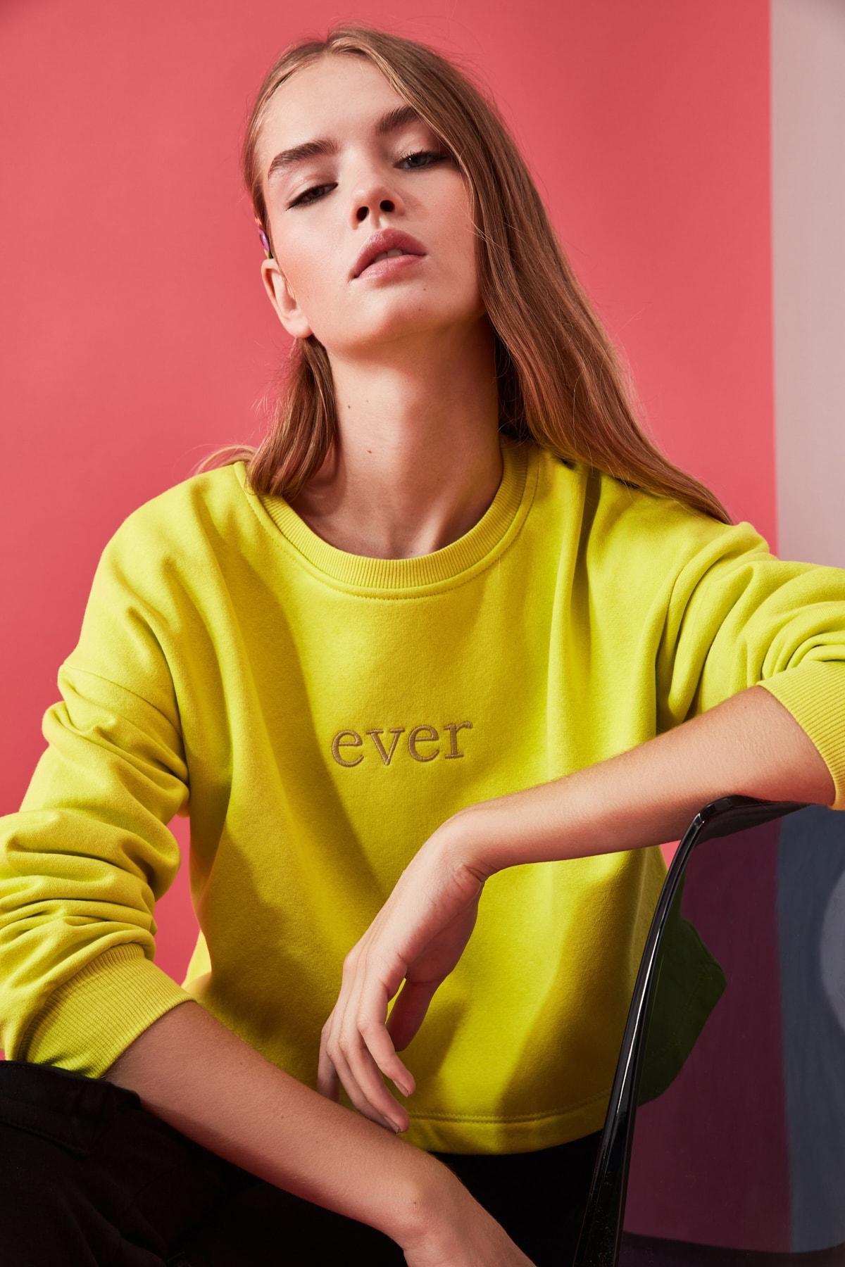TRENDYOLMİLLA Sarı Nakışlı ve Şardonlu Crop Örme Sweatshirt TWOAW20SW0145 1