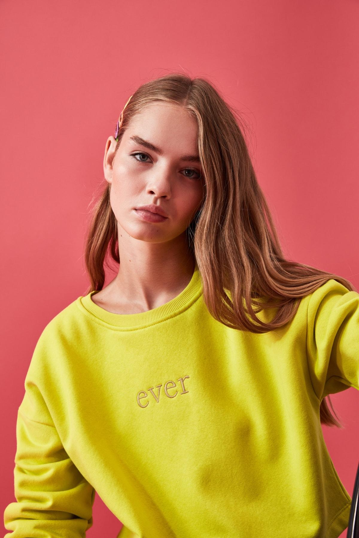 TRENDYOLMİLLA Sarı Nakışlı ve Şardonlu Crop Örme Sweatshirt TWOAW20SW0145 2