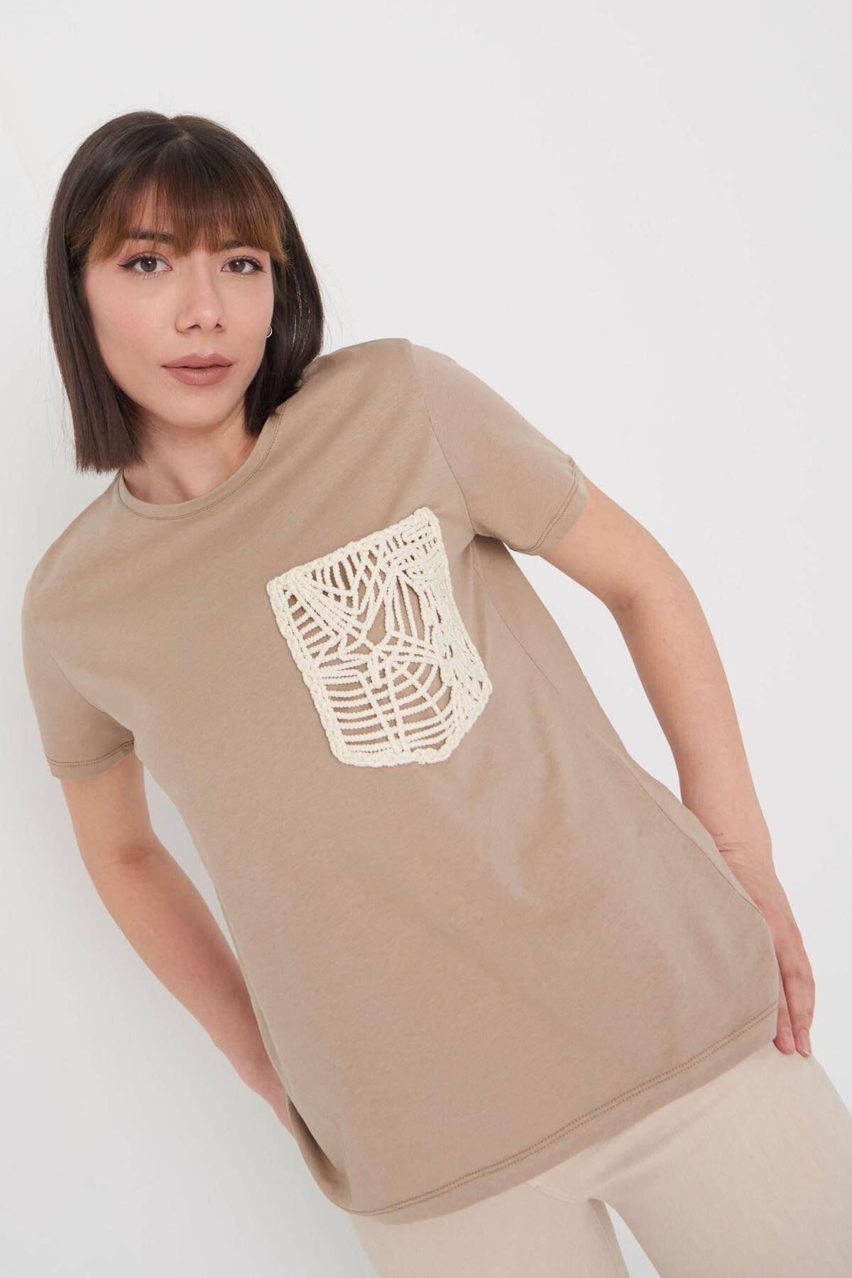 Addax Kadın Kahve Cep Detaylı T-Shirt P12293 - Y1 Adx-0000024190