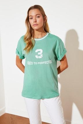 TRENDYOLMİLLA Yeşil Boyfriend Baskılı Örme T-Shirt TWOSS21TS1522
