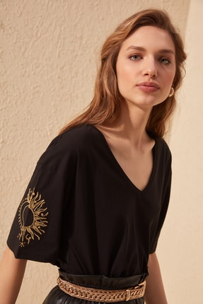 TRENDYOLMİLLA Siyah Kol Nakışlı Loose Kalıp Örme T-Shirt TWOSS20TS0285