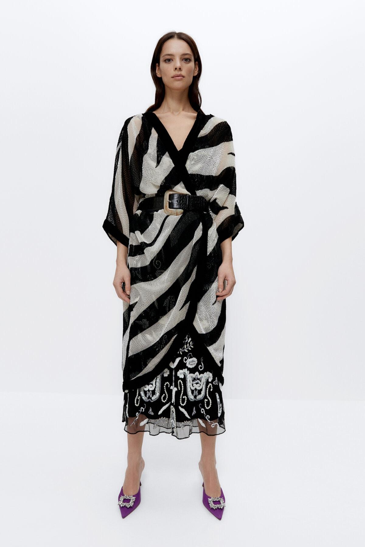 Uterqüe Kadın Beyaz Ve Siyah İşlemeli Siyah Beyaz Panço 01813852