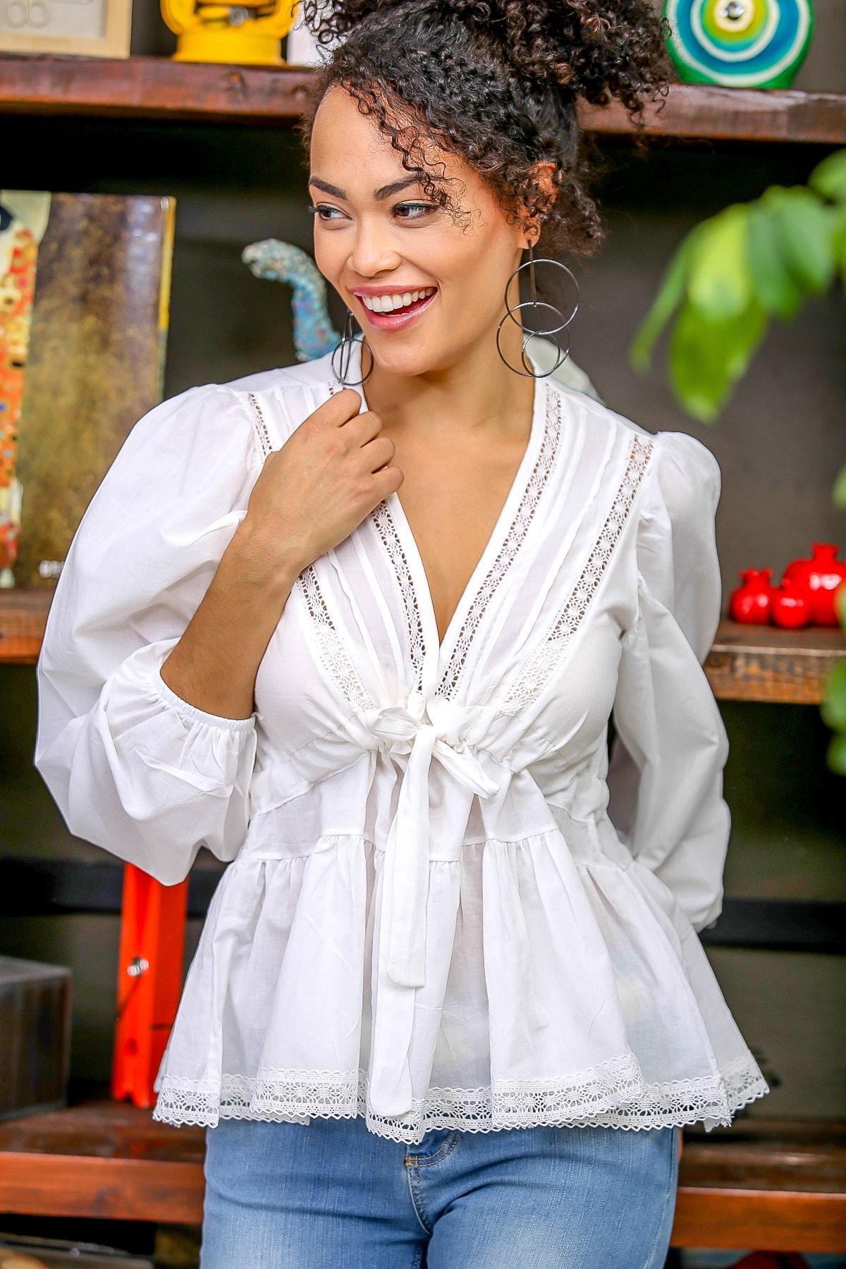 Chiccy Kadın Beyaz Dantel Detaylı V Yaka Bağlamalı Büzgülü Balon Kol Etek Ucu Dantel Bluz M10010200BL96381