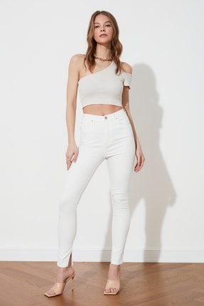 TRENDYOLMİLLA Beyaz Paçası Yırtmaçlı Yüksek Bel Skinny Jeans TWOSS21JE0081