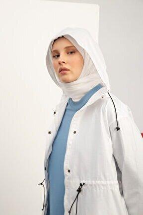 Kadın Beyaz Çıtçıtlı Beli Lastikli Cepli Kapüşonlu Yağmurluk