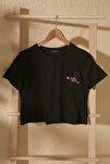 Siyah Nakışlı Crop Örme T-Shirt TWOSS20TS1462