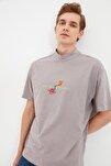 Gri Erkek Regular Fit Dik Yakalı Baskılı Kısa Kollu T-Shirt TMNSS21TS0381