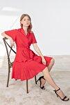 Elbise- Dışa Dönük V Yaka, Ön 3 Düğme, Etek Altı Volan Detaylı