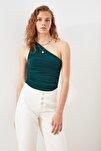Zümrüt Yeşili Tek Omuzlu Büzgülü Örme Bluz TWOSS21BZ0590