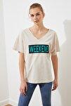 Açık Bej Baskılı Ön ve Arka V Yaka Boyfriend Örme T-Shirt TWOSS20TS0506