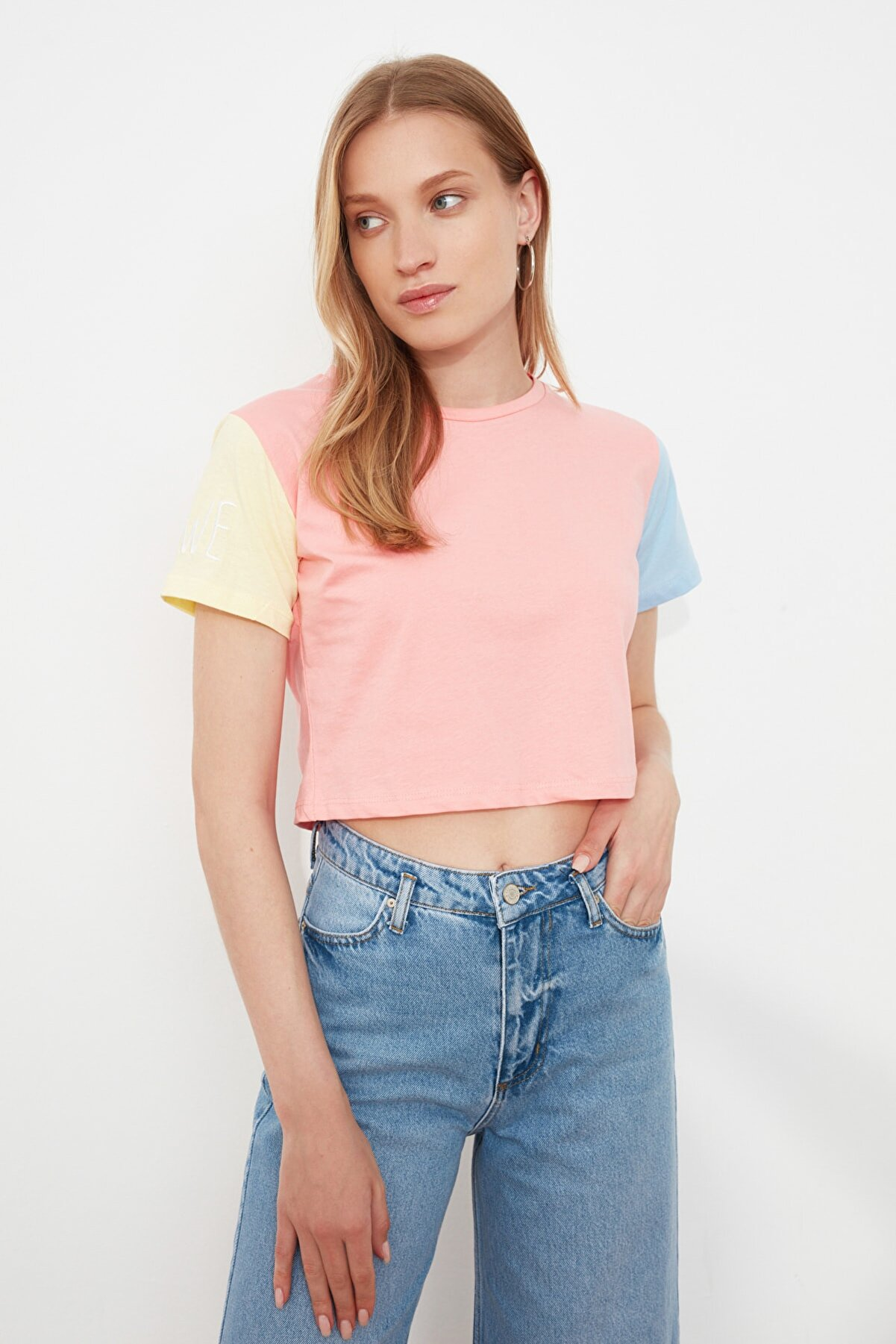 TRENDYOLMİLLA Pudra Nakışlı Crop Örme T-Shirt TWOSS21TS1618