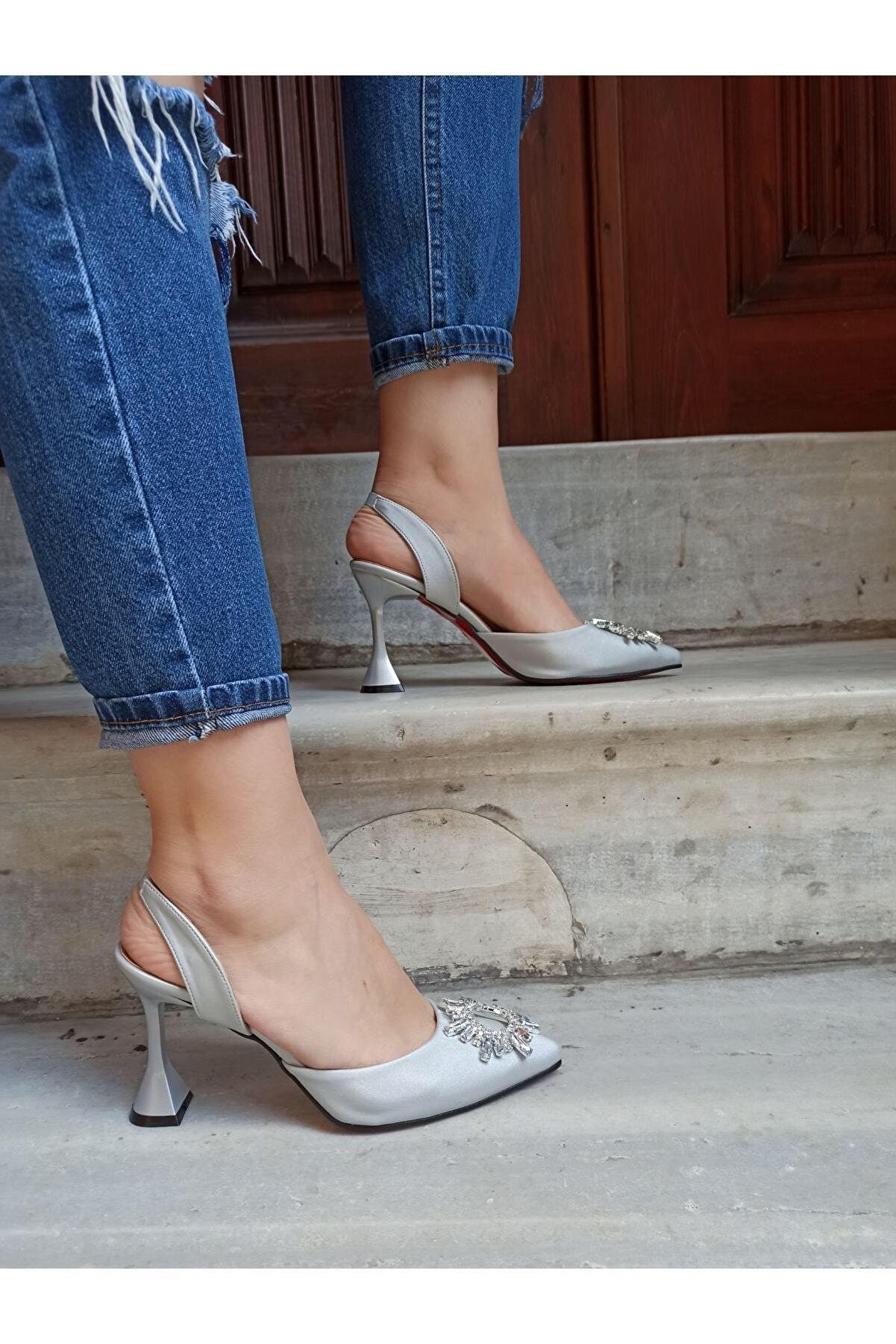 DS AYAKKABI Kadın Gümüş Saten Güneş Taşlı Arkadan Lastikli 9 Cm Topuklu Ayakkabı