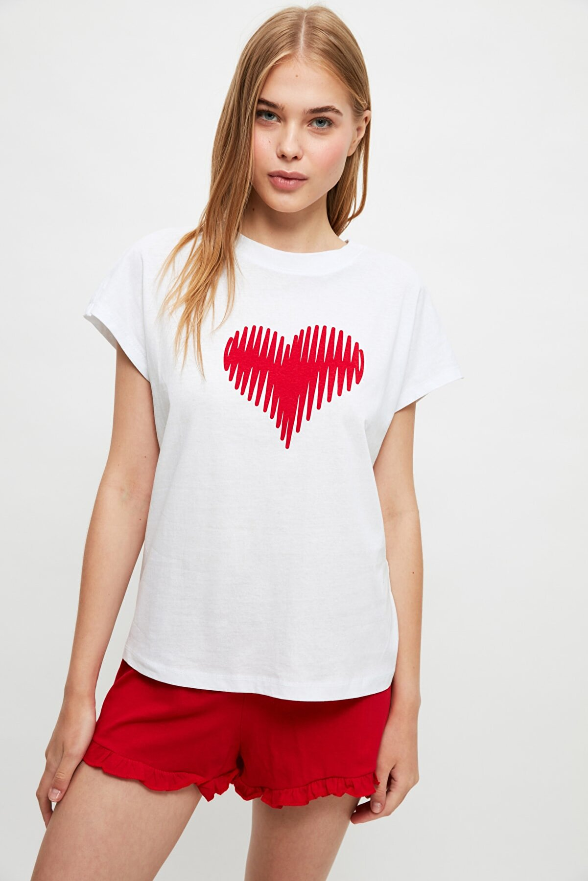 TRENDYOLMİLLA Kırmızı Kalp Baskılı Örme Pijama Takımı THMSS21PT1378