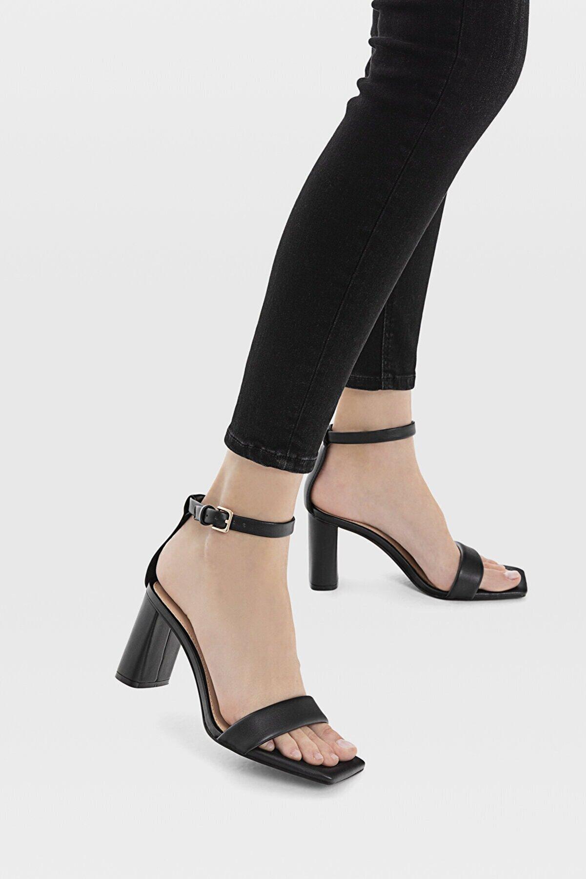 Stradivarius Kadın Siyah Dolgulu Bantlı Topuklu Sandalet 19207770