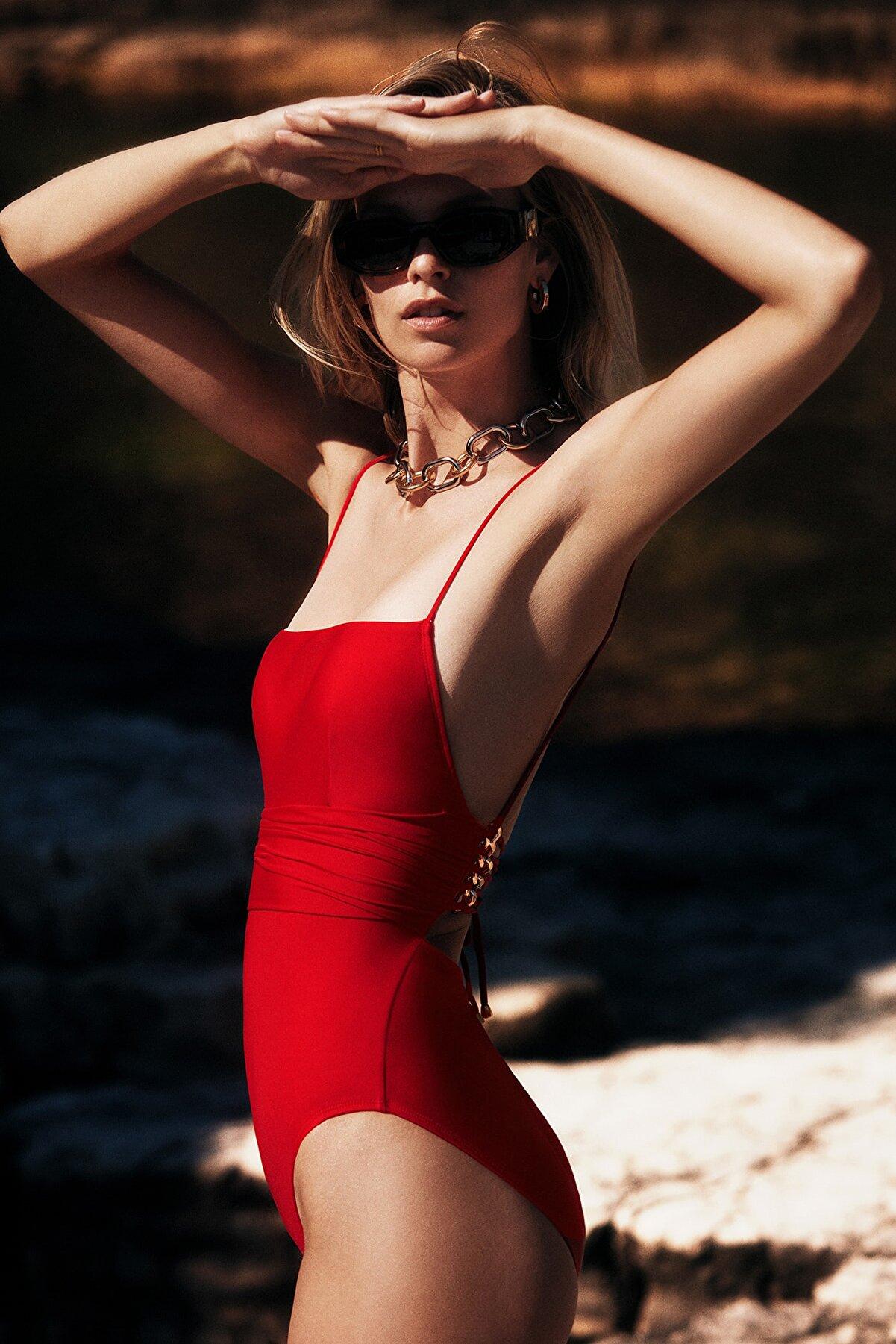 TRENDYOLMİLLA MOEVA X Trendyolmilla Kırmızı Zincir Detaylı Mayo TBESS21MA0399