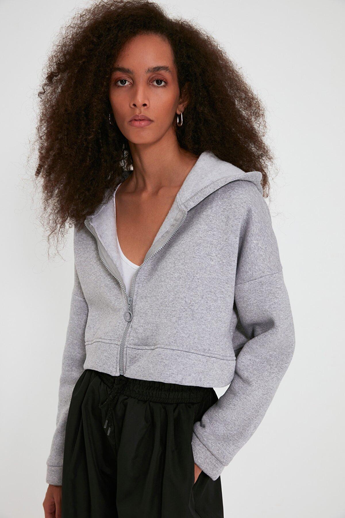 TRENDYOLMİLLA Gri Kapüşonlu Crop Örme Şardonlu Sweatshirt TWOAW20SW0660