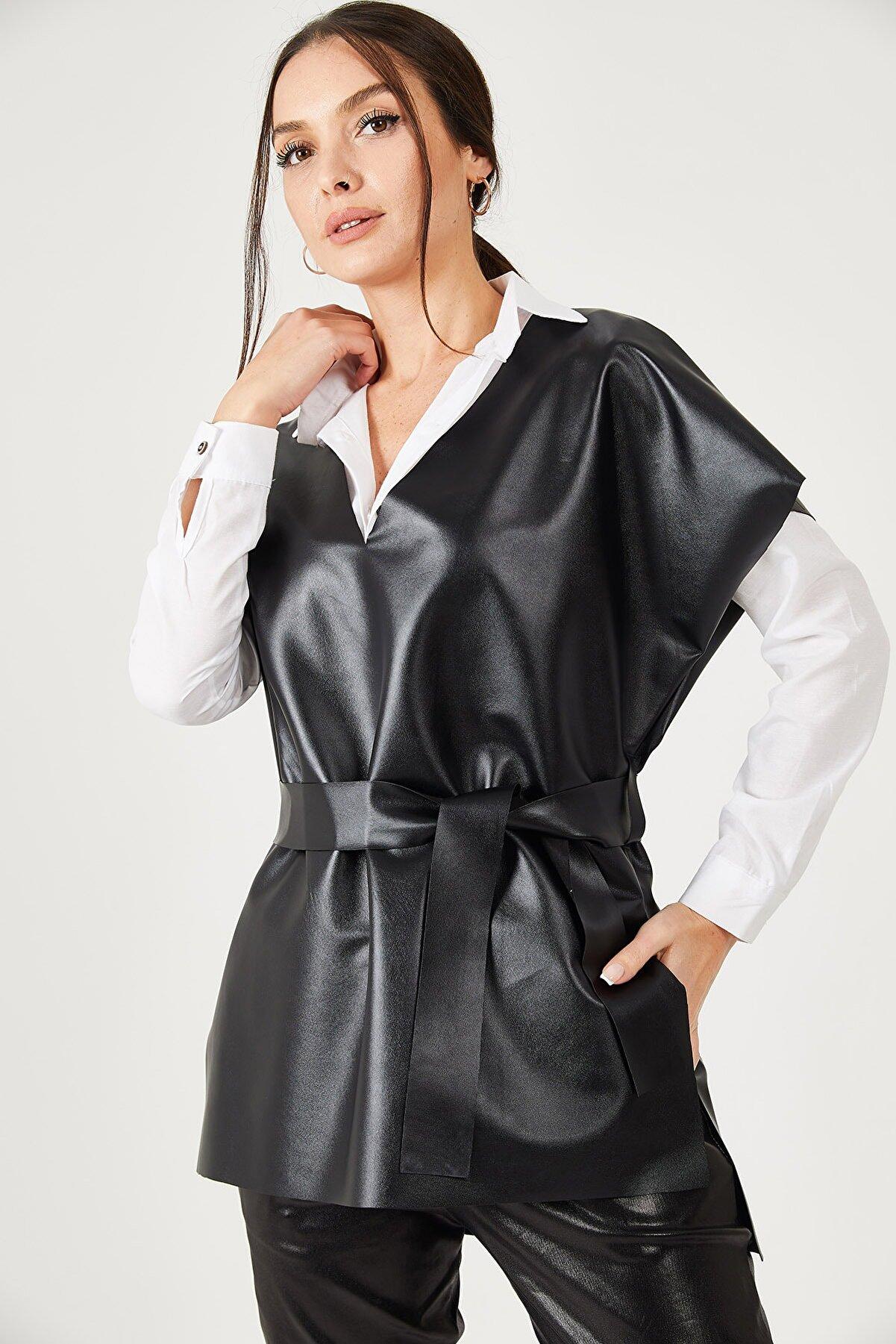 armonika Kadın Siyah V Yaka Deri Görünümlü Önü Kısa Arkası Uzun Kuşaklı Bluz ARM-21K001054
