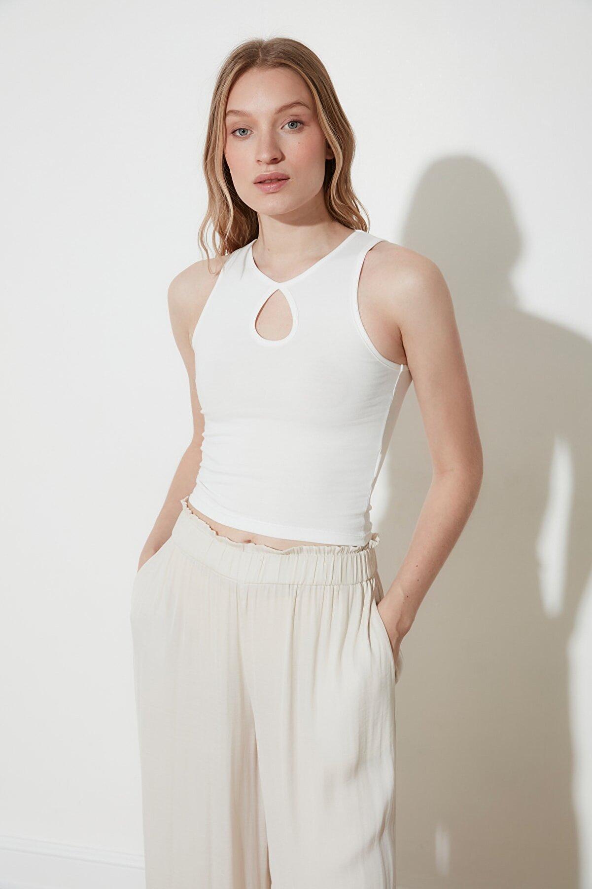 TRENDYOLMİLLA Ekru Damla Detaylı Crop Örme Bluz TWOSS21BZ1208