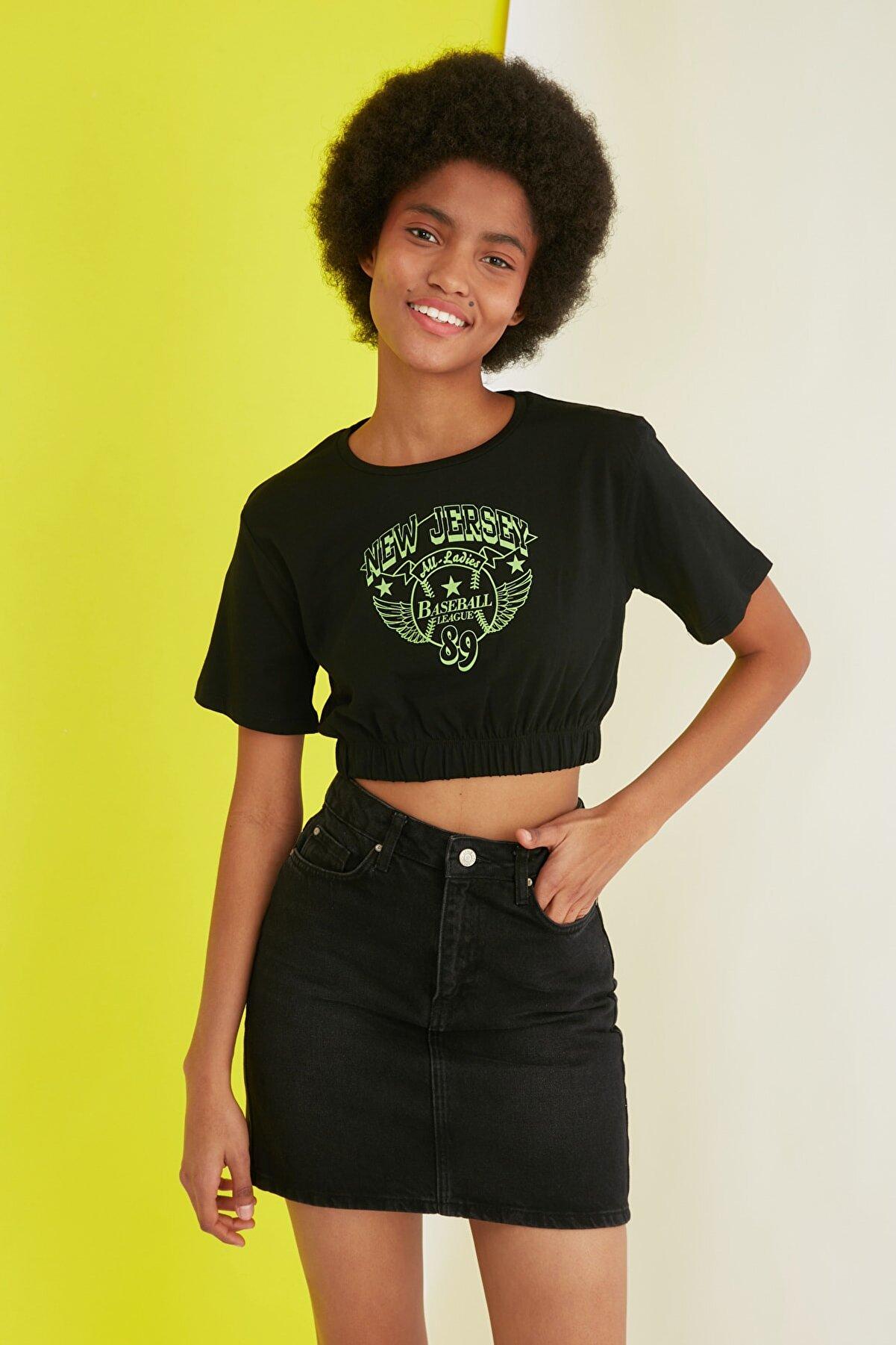 TRENDYOLMİLLA Siyah Super Crop Baskılı Örme T-Shirt TWOSS21TS2924
