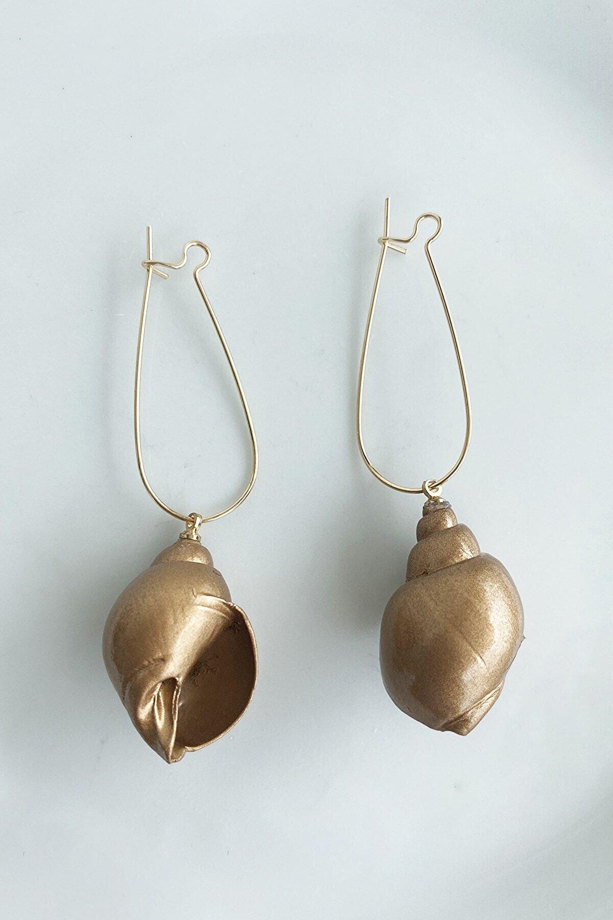 Takıştır Kadın Altın Deniz Kabuğu Figürlü Küpe