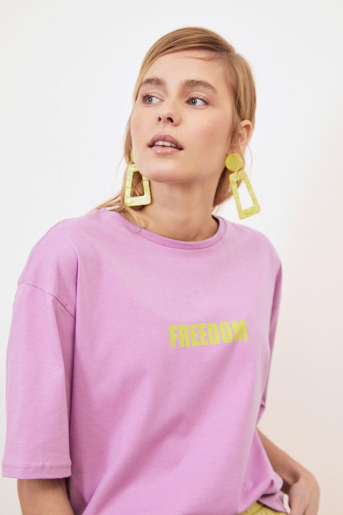 TRENDYOLMİLLA Lila Baskılı Loose Örme T-Shirt TWOSS21TS0316