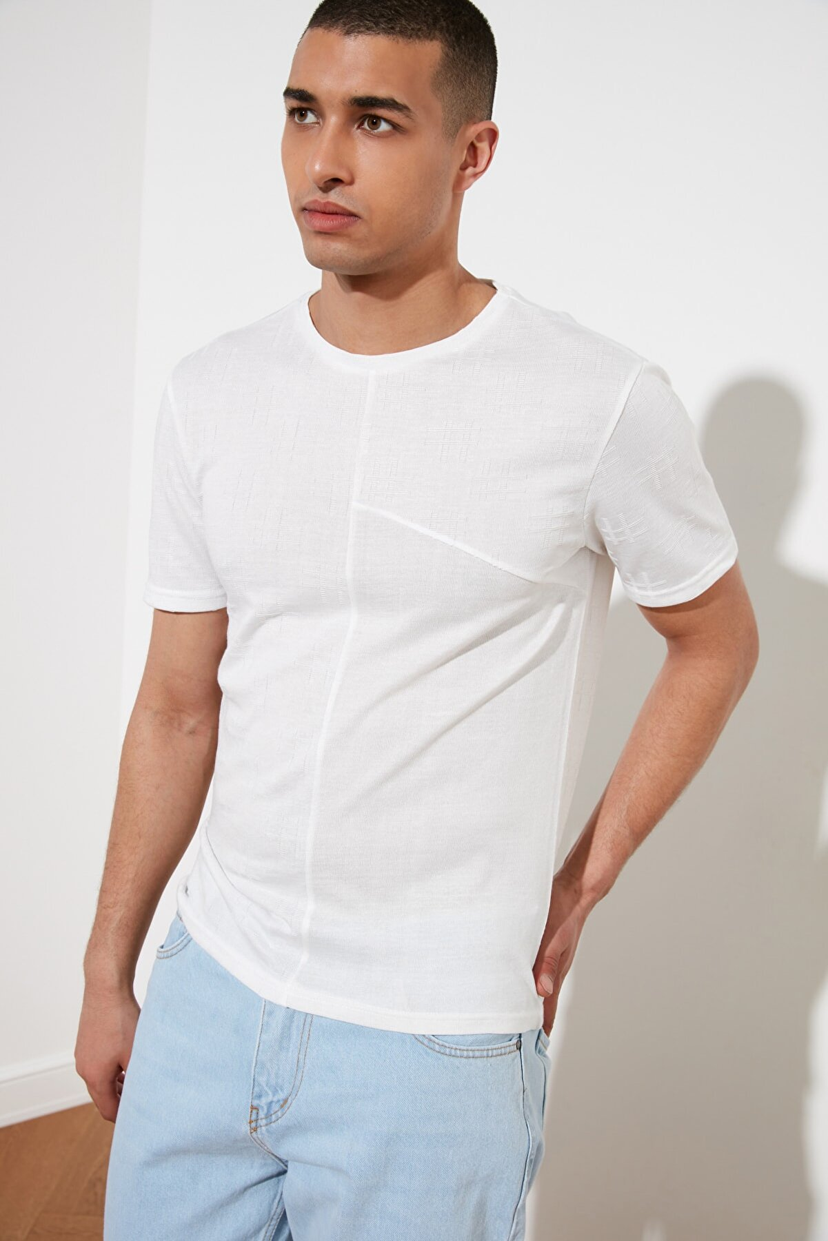 TRENDYOL MAN Beyaz Erkek Kısa Kollu Slim Fit Dokulu T-Shirt TMNSS21TS0877