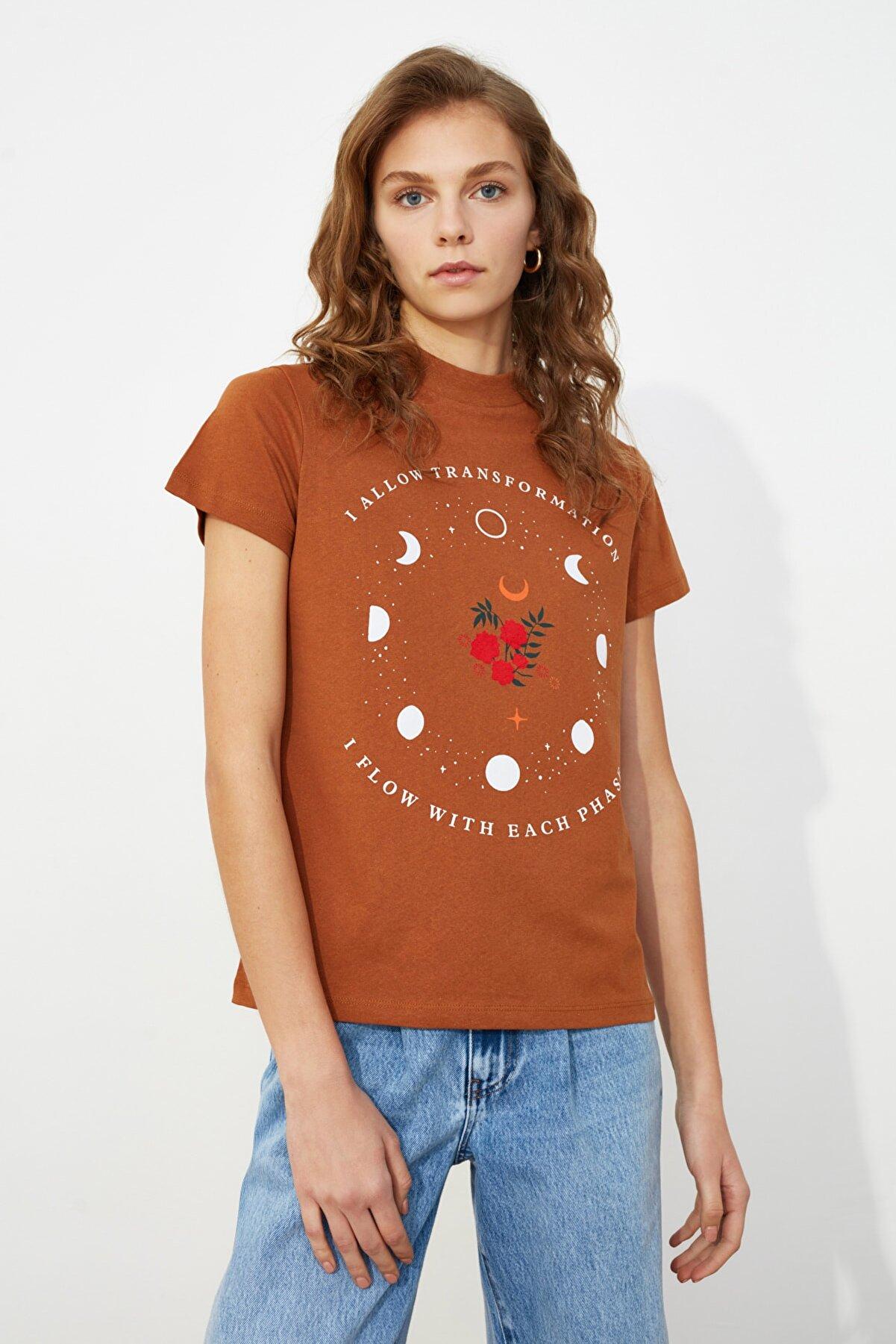 TRENDYOLMİLLA Tarçın Baskılı Dik Yaka Örme T-Shirt TWOSS21TS0143
