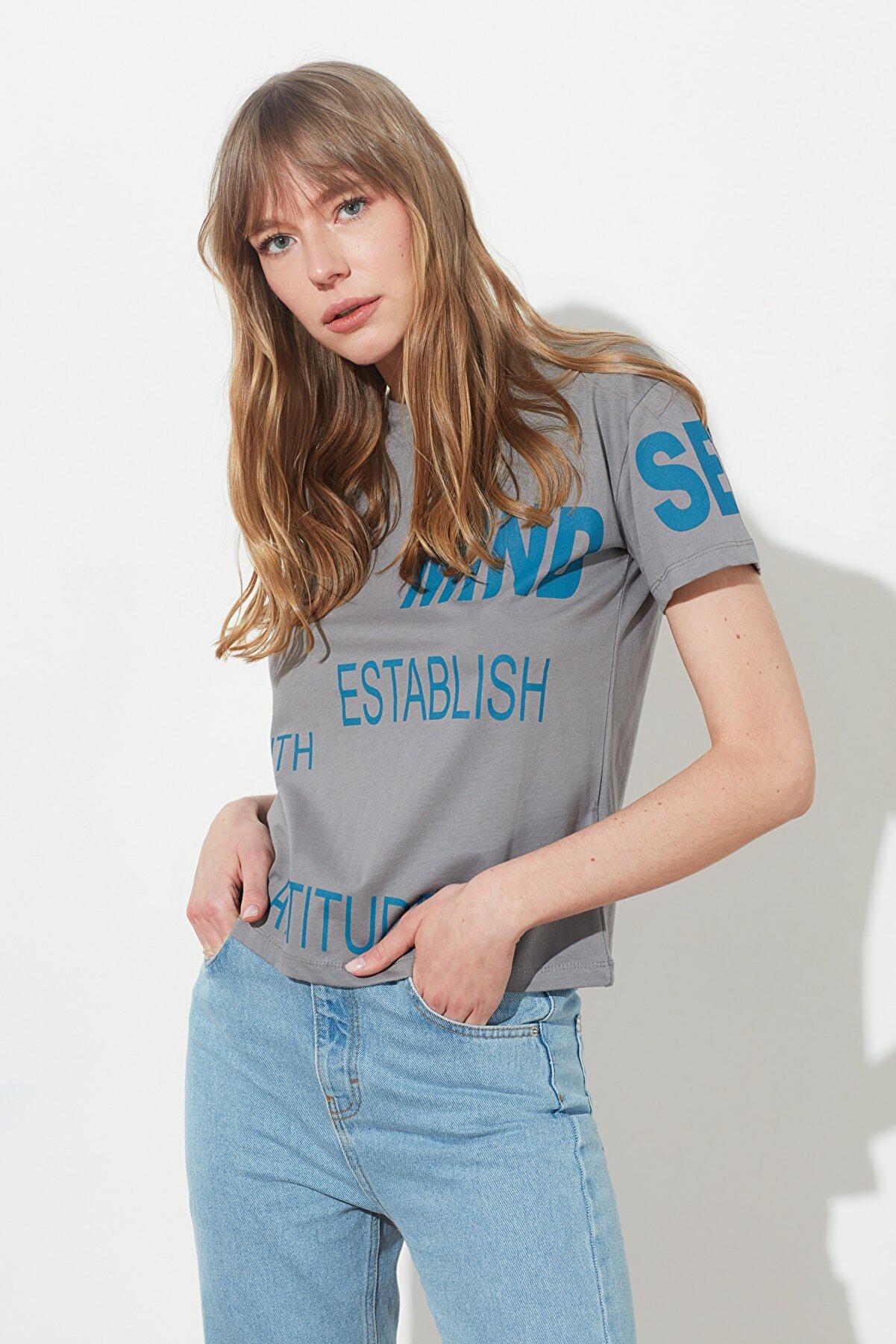 TRENDYOLMİLLA Gri Semi-Fitted Yazı Baskılı Örme T-Shirt TWOSS21TS0360