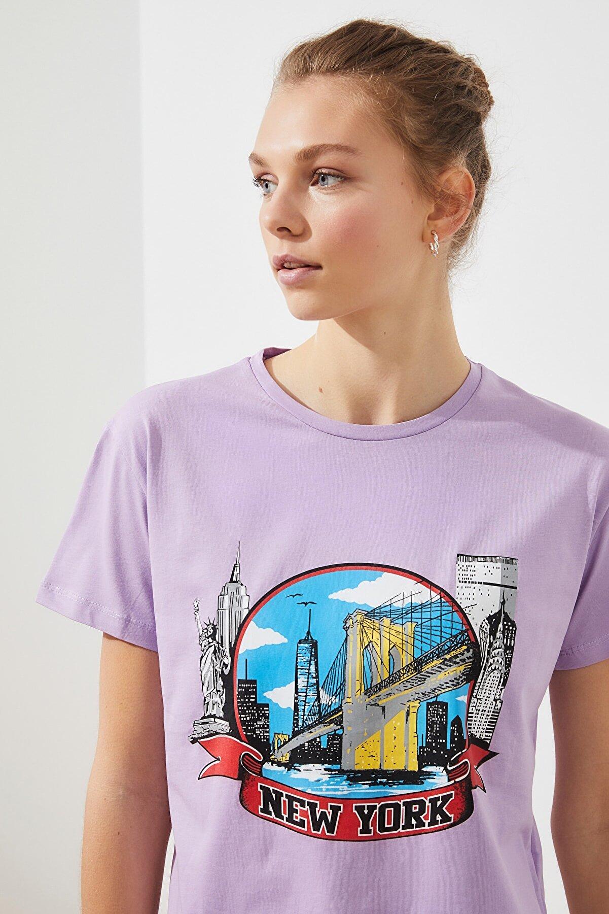 TRENDYOLMİLLA Lila New York Baskılı Basic Örme T-Shirt TWOSS19GS0052