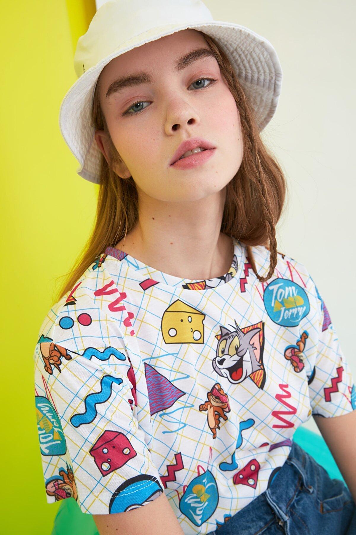 TRENDYOLMİLLA Beyaz Tom & Jerry Lisanslı Baskılı Semifitted Örme T-Shirt TWOSS21TS0011