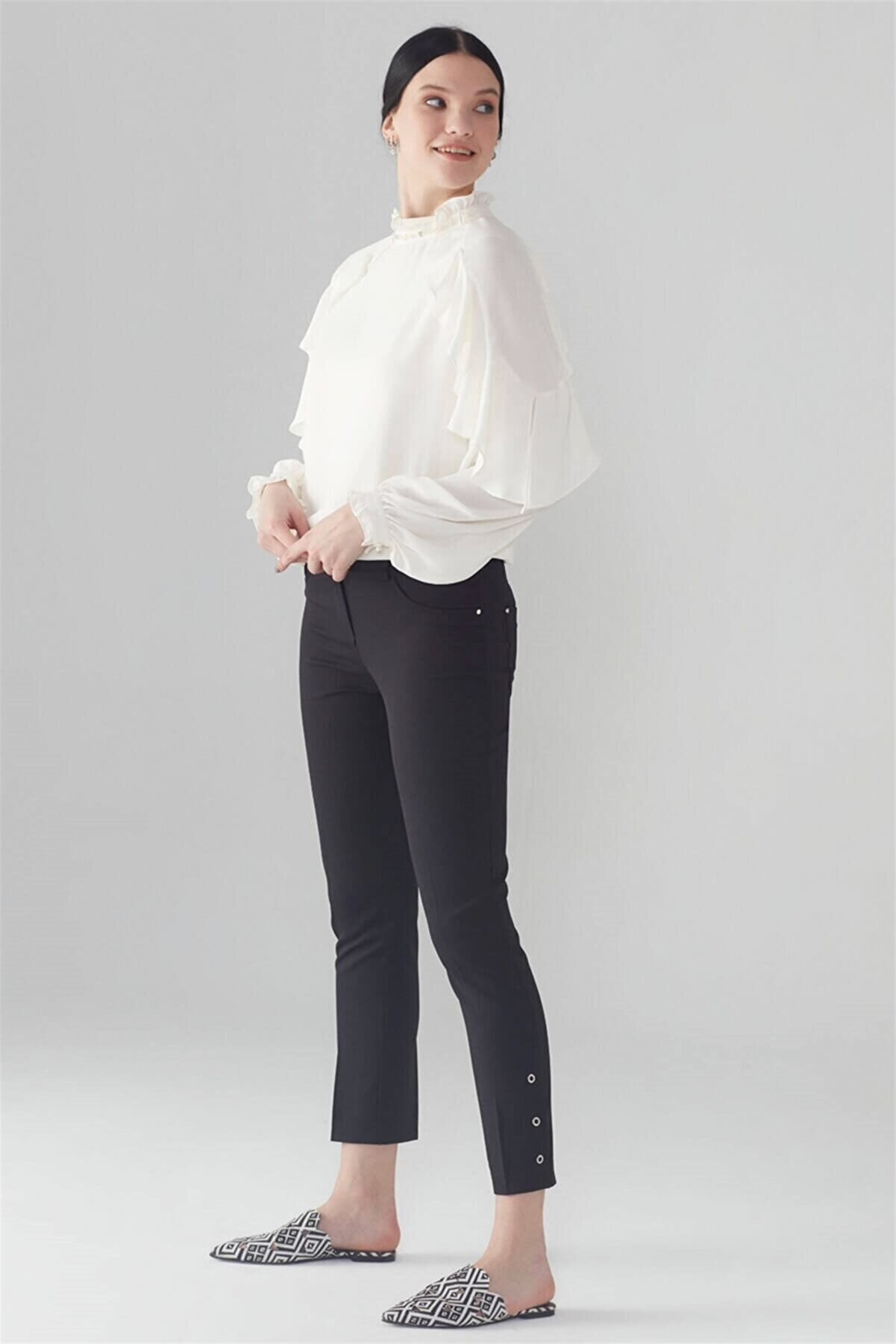 Zühre Kadın Siyah Paça Rivet Detaylı Pantolon P-0107
