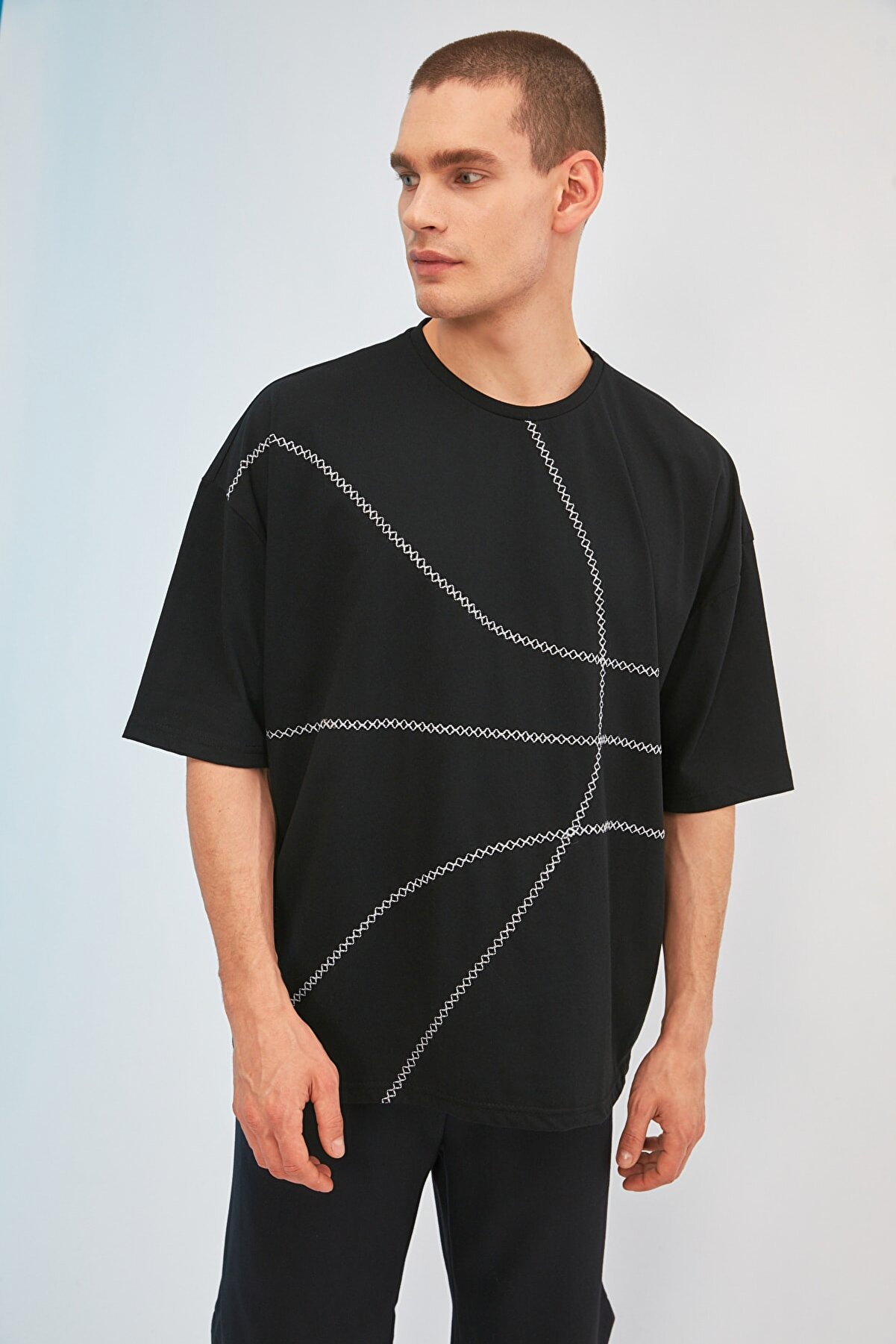 TRENDYOL MAN Siyah Erkek Oversize Bisiklet Yaka Kısa Kollu Nakışlı T-Shirt TMNSS21TS1890
