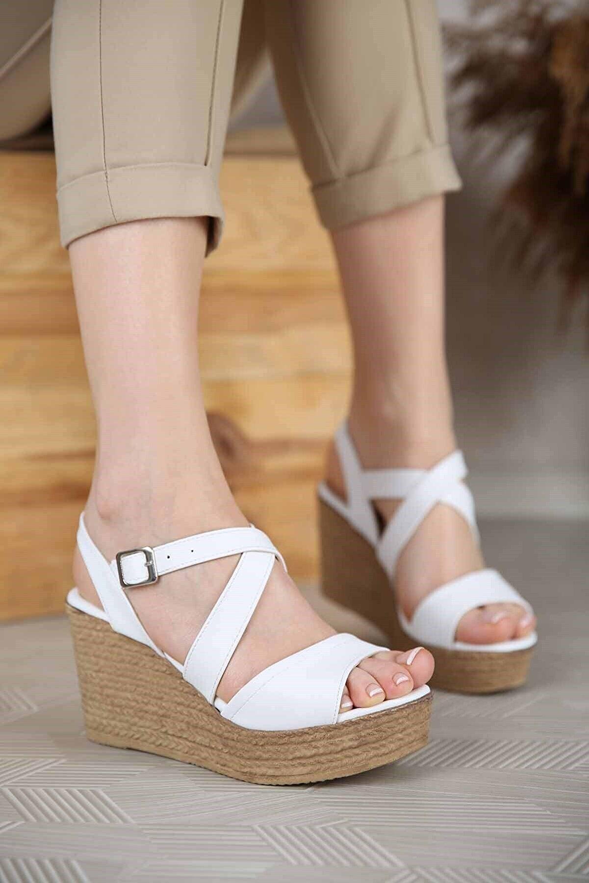 Ccway Kadın Beyaz Çapraz Bantlı Dolgu Topuklu Sandalet
