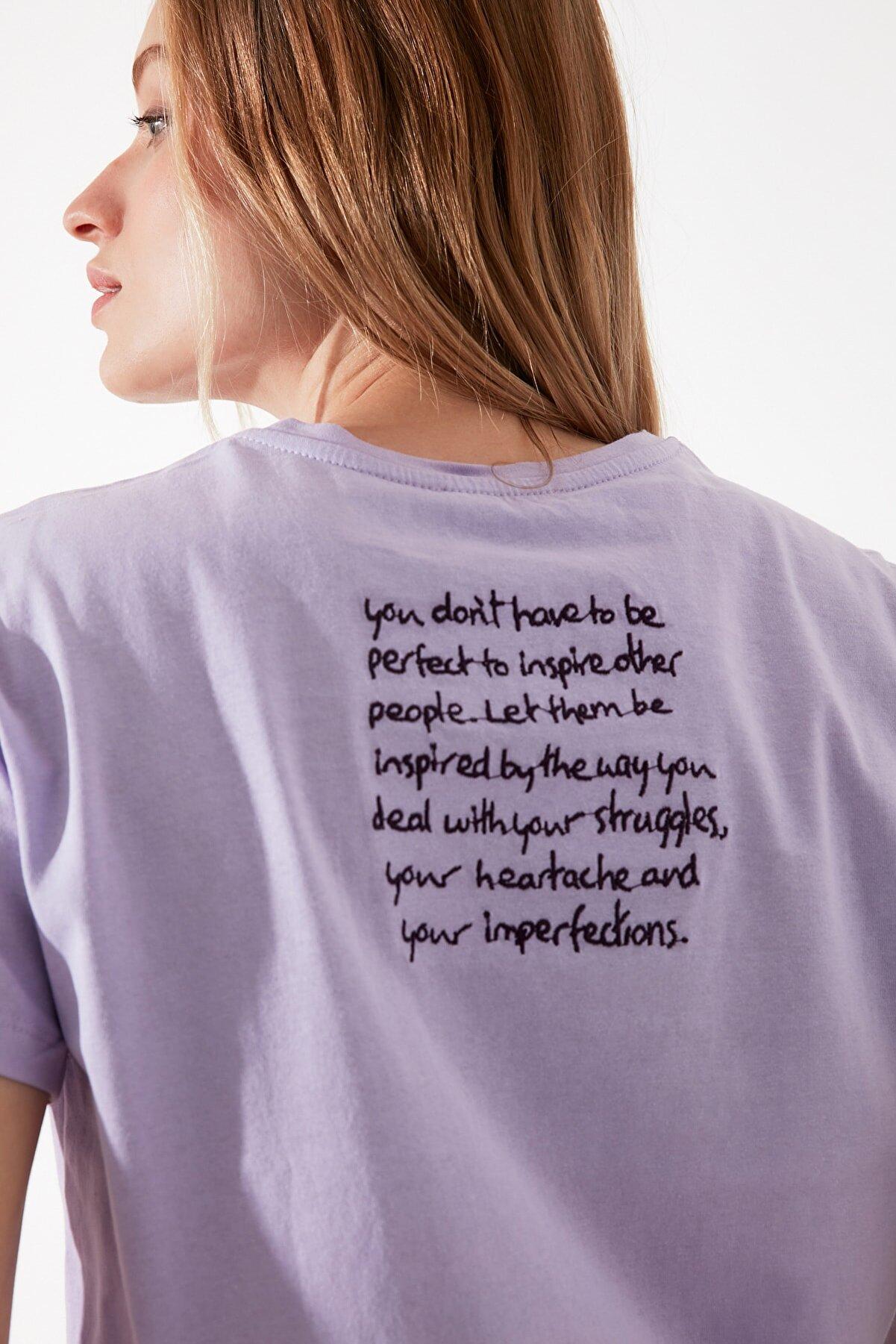 TRENDYOLMİLLA Lila Nakışlı Semifitted Örme T-Shirt TWOSS21TS0086