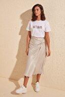 TRENDYOLMİLLA Beyaz Nakışlı Semifitted Örme T-Shirt TWOSS20TS0039