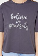 TRENDYOLMİLLA Antrasit Payet Nakışlı Loose Örme T-Shirt TWOSS21TS0102