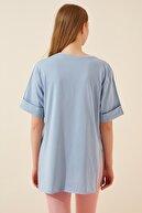 Happiness İst. Kadın Gök Mavi Yandan Yırtmaçlı Pamuklu Penye T-shirt DD00863