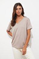 TRENDYOLMİLLA Vizon Biye Detaylı Basic Örme T-Shirt TWOSS20TS0881