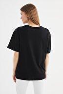TRENDYOLMİLLA Siyah Baskılı Boyfriend Örme T-Shirt TWOSS21TS3589