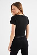 TRENDYOLMİLLA Siyah Baskılı Crop Örme T-Shirt TWOSS21TS2545