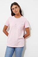 TRENDYOLMİLLA Pembe Nakışlı Basic Örme T-Shirt TWOSS20TS0553