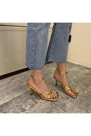TrendyAnka Kadın Altın Gold Nude Ten 10cm Topuklu Küt Kare Burunlu Parmak Arası Tokalı Ayakkabı Sandalet Terlik