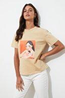 TRENDYOLMİLLA Bej Baskılı Semifitted Örme T-Shirt TWOSS20TS0800