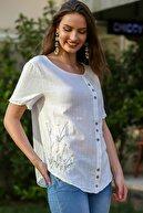 Chiccy Kadın Beyaz Papatya Pul Nakışlı Düğme Detaylı Salaş Dokuma Bluz M10010200BL95274