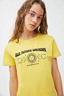 Pull & Bear Kadın Sarı Gezegen Görselli T-shirt