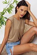 Trend Alaçatı Stili Kadın Vizon Omuzları Aksesuarlı Kolsuz Bluz ALC-X6474